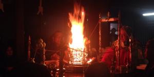 燃え上がる炎で邪気を払います