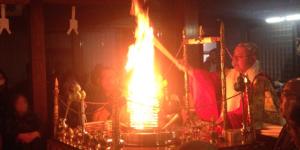 燃え上がる炎で邪気をはらいます。